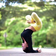 Yoga poses offer numerous benefits to anyone who performs them. There are basic yoga poses and more advanced yoga poses. Here are four advanced yoga poses to get you moving. Alo Yoga, Yoga Bewegungen, Yoga Meditation, Yoga Fitness, Fitness Quotes, Fitness Goals, Health Fitness, Namaste, Pilates