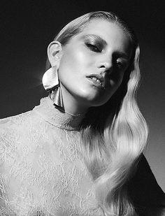 PLEAT earring, Sara Robertsson, Sara Robertsson Jewellery, Styling Sara Sadeghi, Photo Nina Holma, Signe Lund. Silver earring. JUTE magazine
