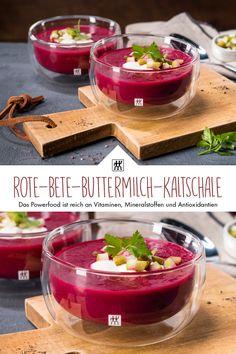 Rote-Bete-Buttermilch-Kaltschale - Die Rote-Bete-Knolle ist das Powerfood schlechthin. Sie ist reich an Vitaminen, Mineralstoffen, insbesondere Eisen, und Antioxidantien. #rotebete #buttermilch #suppe #apfel #cornichon #apfelsaft #joghurt #rezept #recipe #suppenrezept #mixer #blender #superfood #powerfood Curry, Butter, Superfood, Mixer, Pudding, Desserts, Soups And Stews, Stew, Postres