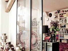 1-porte-coulissante-à-galandage-en-verre-transparent-sol-en-bois-clair-et-tapis-coloré Small Rooms, Transparent, Ladder Decor, Sweet Home, Room Ideas, Vintage, Home Decor, Adhesive, Glass Kitchen
