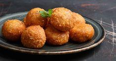 Τυροκροκέτες με δύο υλικά από τον Άκη Πετρετζίκη. Φτιάξτε ένα πεντανόστιμο ορεκτικό εύκολα και γρήγορα με μόνο δύο υλικά, γραβιέρα και αυγό! Τέλειο σνακ!