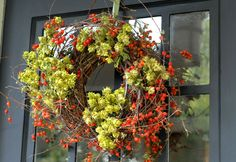 Autumn wreath hops and berries Hops Vine, Bungalow Decor, Fall Door Decorations, Door Hangings, Flower Festival, Berry Wreath, Autumn Decorating, Autumn Wreaths, Falling Leaves