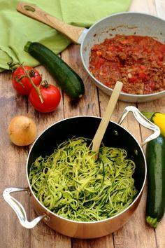 Bolognese-style zucchini spaghetti A recipe compatible with the ketogenic diet;) Bolognese-style zucchini spaghetti A recipe compatible with the ketogenic diet; Raw Food Recipes, Asian Recipes, Mexican Food Recipes, Diet Recipes, Healthy Recipes, Healthy Food, Zucchini Spaghetti, Cooking Spaghetti, Spaghetti Recipes
