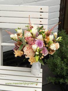 Hand gebonden bruidsboeket in pasteltinten met een ' touch of gold'. (zacht roze,  zalm/oranje, lila, wit). Onder andere rozen en fresia's zijn hierin verwerkt. Het handvat is afgewerkt met stof en kant van de bruidsjurk.  Www.meesterlijkgroen.nl