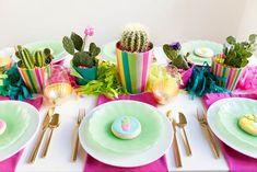 mesa posta para festa tema cactos/mexicana com centro de mesa feito com vasinhos de cactos.