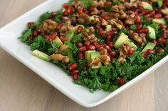 Super lækker grønkålssalat med granatæble og honningmarinerede valnødder. Den perfekte vintersalat som også sagtens kan serveres til juleaften.