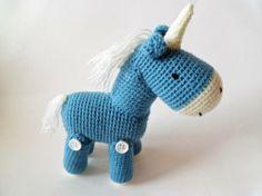Peluche amigurumi de un unicornio tejido a mano con lana 100% acrílica. Mide aprox. 30cm de alto
