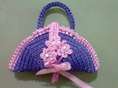 Crochet Toys Barbie Clothes Mini Crocheted Handbag - This Mini Crocheted Handbag makes a great magnet or charm for a purse. These sweet mini crochet handbag makes a great gift for moms or the ladies that make up your bridal party. Habit Barbie, Barbie Mode, Crochet Shell Stitch, Crochet Hook Set, Barbie Patterns, Purse Patterns, Crochet Barbie Clothes, Crochet Dolls, Crochet Stitches Patterns