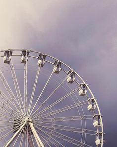 La grande roue de #Clermont ! Chaque année pour les fêtes de fin d'année la Place de Jaude à Clermont-Ferrand accueille une grande roue monumentale. A son sommet on a une vue panoramique sur le centre-ville. Cette année c'est une nouvelle qui est bien belle dans le ciel hivernal. En plus les nacelles sont fermées pour éviter les coups de froid. Je me laisserai bien tenter par un petit tour pour faire quelques photos et vidéos  . . . #clermontferrand #auvergne #placedejaude #granderoue #jaude…