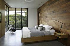 lambris mural, une chambre adulte chaleureuse avec grande fenêtre