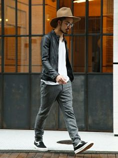 Stylish Mens Outfits, Casual Outfits, Men Casual, Asian Men Fashion, Japan Fashion, Grey Pants Outfit, Fashion Wear, Mens Fashion, Badass Style