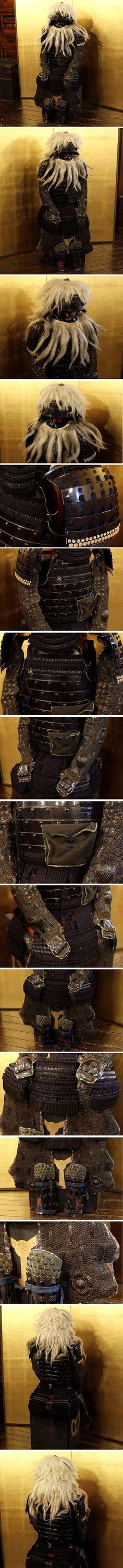 商品情報商品名 江戸時代 総髪筋兜 紺縅 鉄地甲冑 鎧兜一式 等身大 鎧櫃 木彫獅子前立 寸法 等身大 鎧櫃:40×40×52cm ※寸法に若干の誤差が生じる場合もございます。目安として御参考下さい。 状態状態は、汚れや擦れ、小傷、紐に切れや革布部に劣化、ありますが、その他に大きな傷みも無く形もしっかりとした状態です。 鎧立は、付属しません。 ※追記諸注意:記載がなくとも写真で確認できる瑕等もございますので、是非御確認下さい。 注意事項*出品商品につきまして委託商品も多