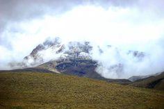 Громадина за нами подглядывает и открывает свои снега:) как особо скучающим!:) #NevadoDeTolima #Tolima #LosNevados #Colombia #aroundtheworld #trekking