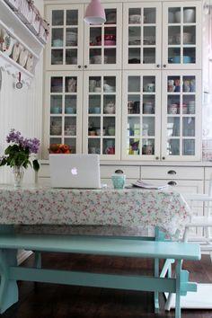Valkeaa Unelmaa blogista,  tahtoisin tuon astiakaapin!!! IHANA!