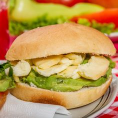 Prepara unos ricos sándwiches con pollo y lechuga para este día y sorprende a tu familia. :)