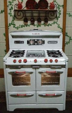 vintage stove- love the 2 doors on the oven. wonder if are separate? or just one big oven with the individual doors? Vintage Kitchen Appliances, Kitchen Stove, Old Kitchen, Home Decor Kitchen, Country Kitchen, Kitchen And Bath, Kitchen Ideas, Alter Herd, Old Stove