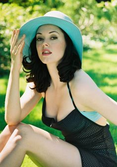 Rose McGowan looking beautiful as always. I love this look on her, the oversized sun hat oozes glamour & reminds me of the 1940s era!