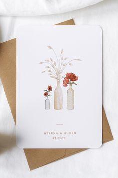 Deze trouwkaart verleidt met de illustratie van verse bloemen en gras in kleine vazen, die het middelpunt vormen van de tafeldecoratie. Een eenvoudig en origineel idee voor je interieur dat de inspiratie was voor de illustratie op deze uitnodiging. Invite, Invitations, Place Cards, Creativity, Arts And Crafts, Artsy, Place Card Holders, Watercolor, Drawings