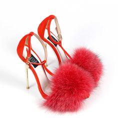 Pantofi de dama Mineli Foxy Red încununează o simplă pereche de sandale din piele naturală cu un accesoriu devenit statement în acest sezon: blana de vulpe. Noua colecție încorporează armonios detalii și texturi din blană naturala combinate cu piele camoscio în culori tari. Talpa este îmbracată în piele naturală și tocul este galvanizat.  Înălțime toc: 13 cm și platou de 2 cm.