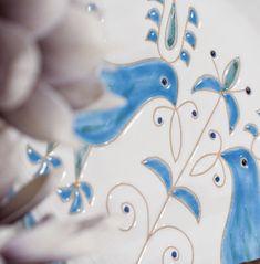 Un dettaglio ravvicinato per apprezzare la lucentezza degli smalti e la raffinatezza del decoro, la graffitura realizzata a mano che riproduce un antico simbolo di pace. Le Pavoncelle, in turchese e in rosso, sono una storica collezione di oggettistica per la casa firmata #ateliercerasarda. #ceramics #design #homedesign #homedecor #lifestyle #colours #interiordesign #architecture #creative #madeinitaly #ceramicsofitaly #style #designinspiration #grupporomani #cerasarda #ceramica