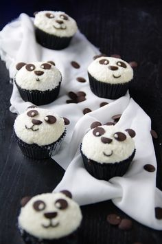 Black White Delicious: Panda cupcakes Source by Panda Cupcakes, Cupcake Cookies, Black Cupcakes, Bolo Panda, Just Desserts, Dessert Recipes, Birthday Desserts, Food Humor, Fancy Cakes