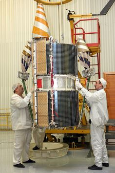 Družice systému Goněc-M v montážní hale, při předstartovích procedůrách. Foto: Zdroj Roscosmos a Eurockot