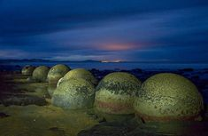 The Moeraki Boulders, almost Perfectly Shaped Natural Stone Spheres are in New Zeland. All Nature, Amazing Nature, Moeraki Boulders, World Empire, Mysterious Universe, Mysterious Places, Sea Floor, Grain Of Sand, Ancient Mysteries