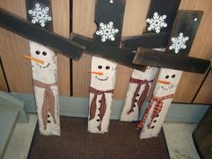 pallet snowmen - So cute! I want to put stakes on the bottom and put them in front flowerbeds
