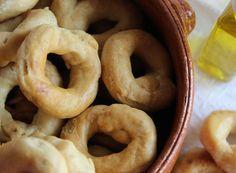 I taralli sono un prodotto tipico Pugliese. Viene soprannominato spezzafame perché è possibile gustarli in qualsiasi ora della giornata. Fragranti, friabili, stuzzicanti, ideali per aperitivo o antipasto. Dalla forma circolare e con la pressione delle dita si ottiene la classica forma ad anello.