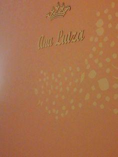 Aplique de coroa e nome para parede em MDF da Beija-flor Artesanato, com pintura e decoração da Fernanda (Minha ARTE Minha Terapia). Ficou muito lindo, digno de uma princesa! #decoração #letrasmdf #princesa #quartoinfantil www.beijaflorartesanato.com.br