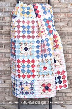 Great Granny Square Gretel quilt made by Amanda Castor of Material Girl Quilts Granny Square Quilt, Charm Square Quilt, Granny Squares, Farm Quilt Patterns, Granny Pattern, Quilting For Beginners, Beginner Quilting, Girls Quilts, Baby Quilts