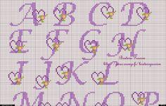 Alfabeto morado con corazones para punto de cruz.