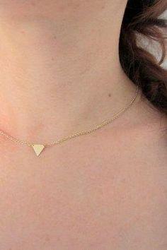 Minimalistická zlatý trojúhelník náhrdelník, geometrické šperky, jednoduchý moderní šperky