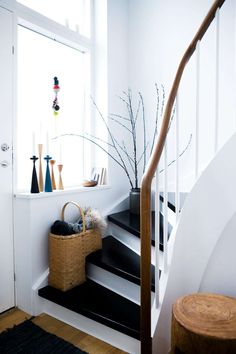 unique, carved handrail and black steps contrasted again brilliant white and light! Nordic Interior, Interior Styling, Interior And Exterior, Interior Design, New Staircase, Staircases, Painted Stairs, House Stairs, Space Furniture