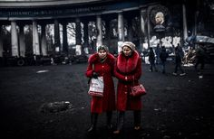 IlPost - Kiev, Ucraina - Due donne davanti alla stadio della Dinamo Kiev, in una foto scattata martedì 25 febbraio.  (BULENT KILIC/AFP/Getty Images)