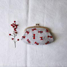 チョウチョの図案は色々と応用出来ます✨ . . . #刺繍とがま口 より #littlebutterfly #handembroidery #応用力 #ちょうちょ #赤い実 #リネン