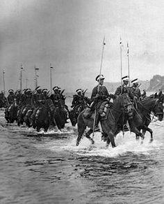 2 Pułk Szwoleżerów defiluje w Pucku w 1934 r. przed gen. Orlicz-Dreszerem.
