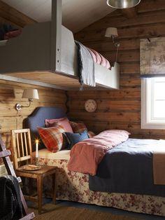 EGNE LØSNINGER: På den opprinnelige tegningen skulle det vært en stor køyeseng på dette rommet. Eieren, som er interiørarkitekt, tegnet om løsningen. Nå henger overkøyen fra taket. Den er malt i True Sand. Winter Cabin, Cabins In The Woods, Modern Kitchen Design, Kids Room, Cottage, Interior Design, Bedroom, House, Nevada