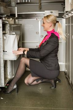21 Slightly Racy Photos Of The Hottest Female Cabin Crew The Airlines Tried To Ban! Delta Flight Attendant, Airline Attendant, Pantyhose Outfits, Nylons, Pantyhose Legs, Air Hostess Uniform, Airline Cabin Crew, Female Pilot, Sexy Legs And Heels