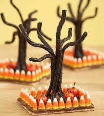 Use candy corn, licorice and a chocolate covered graham cracker to create a spooky Halloween tree! Add some miniature pumpkins to embellish your Halloween scene even more. Bonbon Halloween, Creepy Halloween Food, Fröhliches Halloween, Hallowen Food, Hallowen Ideas, Holidays Halloween, Halloween Treats, Halloween Decorations, Halloween Table