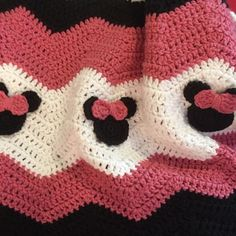 audra_hooknowl crochet minnie mouse blanket I want to do this as only a border, in yellow, red, black, and red.with plain ears (mickey) rotating with Minnie ears (with bow) Crochet Afgans, Baby Afghan Crochet, Crochet Quilt, Manta Crochet, Crochet Blanket Patterns, Crochet Stitches, Baby Afghans, Crochet Blankets, Baby Blankets