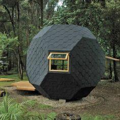"""庭にこつ然と置かれている、多面体。「一体なんなんだろう?」と覗いてみると、中はソファがあったりと""""過ごしやすい、ちっちゃい部屋""""になっています。 これこそManuel Villaがコロンビア郊外に住む"""