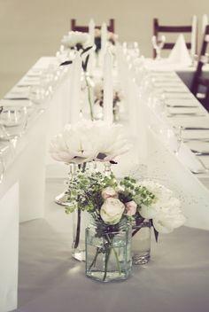 blomster til dekket bord