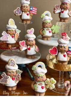 GingerBread Boy w/Flag Diy Christmas Mugs, Gingerbread Christmas Decor, Gingerbread Decorations, Polymer Clay Christmas, Cute Polymer Clay, Polymer Clay Crafts, Christmas Crafts, Christmas Decorations, Gingerbread Crafts