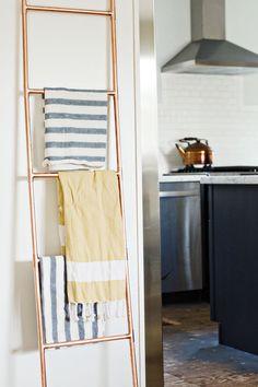 Very cool DIY Copper Pipe Ladder - Houses interior designs Clever Diy, Cool Diy, Diy Home Decor, Room Decor, Copper Decor, Diy Casa, Deco Originale, Style Deco, Pipe Furniture