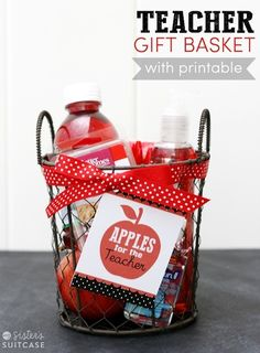 Back-to-School Teacher Gift Basket Tutorial - Free Printable Tag too! Easy Teacher Gifts, Teacher Gift Baskets, Basket Gift, Teacher Treats, Diy Back To School, Back To School Teacher, Apple Gifts, E Mc2, Teacher Appreciation Week