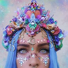 Its like a rainbow, crystal garden an galaxy all got made into the convenience of a single crown. Its hard to see on a photo but this crown has so many crystals and raw crystal rocks! Maquillage Halloween, Halloween Makeup, Mermaid Crown, Mermaid Headpiece, Magical Jewelry, Festival Makeup, Crystal Crown, Costume Makeup, Clown Makeup