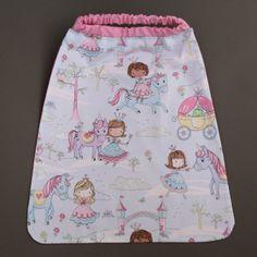 Serviette de cantine enfant élastique Princesses et paillettes Lilooka. L'enfant peut la mettre et la retirer seul à la cantine ou à la maison. Lavable à 40 %. 100 % coton. Pour les enfants qui ne veulent plus de bavoir. Idée cadeau. Dimensions : 40 x 36. http://www.lilooka.com/a-table-1/serviettes-de-table-cou-elastique-enfants/serviette-de-cantine-enfant-elastique-princesses-et-paillettes-lilooka-1.html