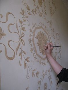 Feine Ornamentik an den Wänden des Flures.