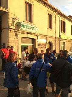 Il punto vendita #caseificiodipasquo circondato da un mare di giacche blu. Sono loro, i #vespisti